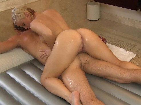 krasivaya-blondinka-imitiruet-seks-onlayn