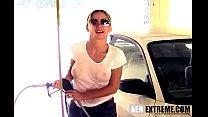 Классная бабенка ходит по автомойке в мокрой футболке!
